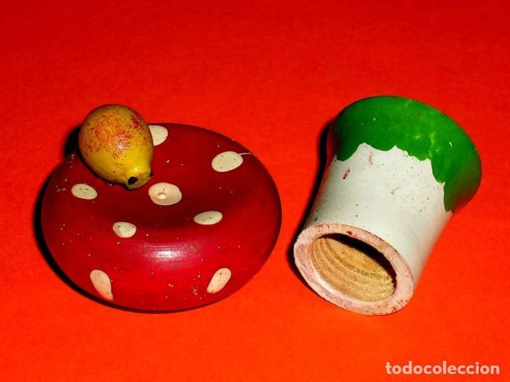 Juguetes antiguos: Mariquita posada sobre seta, con apertura a rosca de compartimento interior, Madera Goula, años 60. - Foto 2 - 121624071