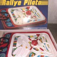 Juguetes antiguos: RALLYE PILOTO EN CAJA AÑOS 1960. Lote 126876814