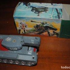Juguetes antiguos: TANQUE COMANDO J-309 A CUERDA, EN SU CAJA ORIGINAL. Lote 129249231