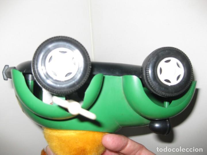 Juguetes antiguos: antiguo coche juguete a cuerda besitos . muñecos mueven la cabeza para darse beso Mecanica Ibense Es - Foto 4 - 130909520