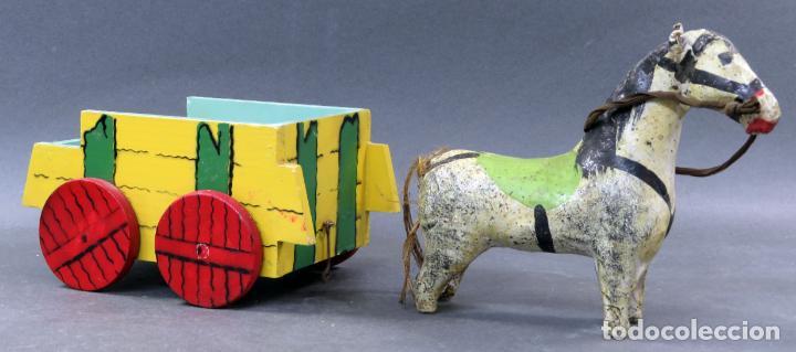 Juguetes antiguos: Carreta madera pintada con caballo cartón piedra Denia años 40 - Foto 3 - 144127214