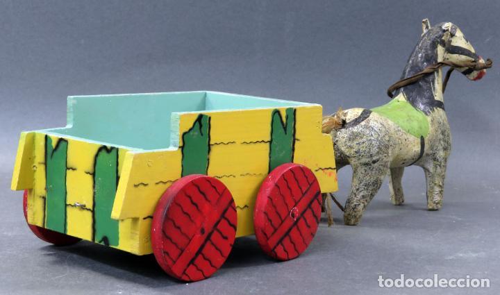 Juguetes antiguos: Carreta madera pintada con caballo cartón piedra Denia años 40 - Foto 4 - 144127214