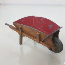 Juguetes antiguos: CARRETILLA DE METAL DINKY TOYS DE 9 CM X 4 CM AMARILLA INTERIOR ROJO. Lote 179254028