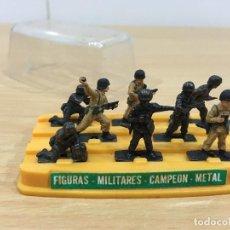 Juguetes antiguos: CAJA GUISVAL DE FIGURAS MILITARES DE METAL - SERIE CAMPEÓN. Lote 194596471