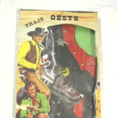 Juguetes antiguos: TRAJE SHERIFF VAQUERO DE ARTESANIA MANUFACTURAS YULE ESPAÑA, A ESTRENAR. MED. CAJA 69 X 40 X 5 CM. Lote 195358318