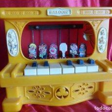 Juguetes antiguos: ANTIGUO JUGUETE PIANO INFANTIL SALOON 6 NOTAS CON PERSONAJES - MARCA REIG - ORIGINAL AÑOS 80 -. Lote 206576781