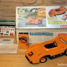 Brinquedos antigos: COCHE RADIODIRIGIDO RAY-1 DE BIANCHI S.A. - EN SU CAJA ORIGINAL, INSTRUCCIONES Y HOJA DE PEGATINAS. Lote 220770180