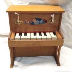 Juguetes antiguos: PIANO MADERA AÑOS 50, FUNCIONA BUEN ESTADO. MED. 23 X 15 X 24 CM. Lote 222521541