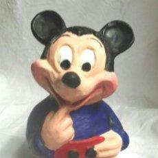 Juguetes antiguos: MICKEY MOUSE HUCHA AÑOS 70, ARCILLA BARRO TERRACOTA POLICROMADA. MED. 22 CM. Lote 222521735