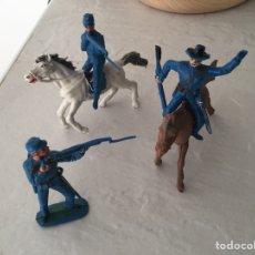 Giocattoli antichi: LOTE DE SOLDADITOS VAQUEROS CABALLOS DE JUGUETE DE PLÁSTICO - SOLDADO, GUERRA, ESCOPETA. Lote 228148935