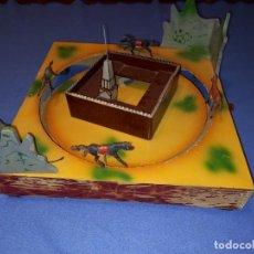 Giocattoli antichi: ANTIGUO JUEGO CARRERA DE CABALLOS OESTE EN MADERA.. Lote 235567685