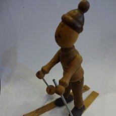 Juguetes antiguos: MUÑECO GOULA ESQUIADOR. RECUERDO DE AINSA (HUESCA). 12 CTMS. ALTURA. UN ESQUI ROTO. Lote 237327460