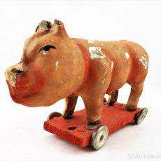Brinquedos antigos: CERDO DE CARTÓN PIEDRA FABRICA SANTIAGO (DON BENITO) CCA 1950. Lote 237714280