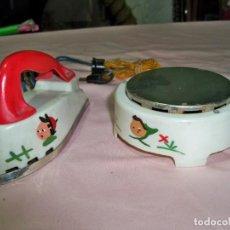 Brinquedos antigos: DOS JUGUETES ANTIGUOS CON ENCHUFES , PLANCHA Y HORNILLO. Lote 242903910
