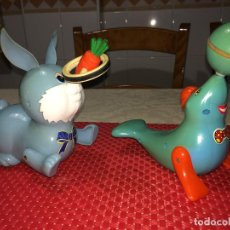 Brinquedos antigos: FOCA Y CONEJO - FUNCIONAN CON PILAS - MUEVEN LAS MANOS Y LA PELOTA Y LA ZANAHORIA - AÑOS 80. Lote 267675474