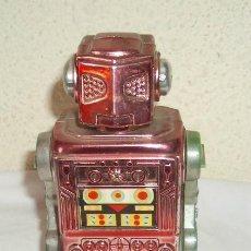 Juguetes antiguos de hojalata: ROBOT A CUERDA,AÑOS 60 Ó 70,MADE IN HONG KONG. Lote 21721476
