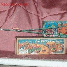 Juguetes antiguos de hojalata: PARKING GARAJE CON 2 COCHES. Lote 26514693