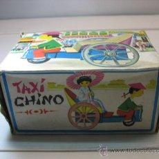Juguetes antiguos de hojalata: TAXI CHINO DE HOJALATA FUNCIONANDO A CUERDA. Lote 21356279