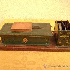 Juguetes antiguos de hojalata: MAQUINA DE ASERRAR DE HES. Lote 26466616