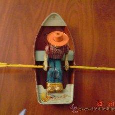 Juguetes antiguos de hojalata: BARCA CON REMERO.. Lote 26602744