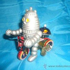 Juguetes antiguos de hojalata: ROBOT EN TRICICLO DE HOJALATA A CUERDA, RESORTE. Lote 25849903