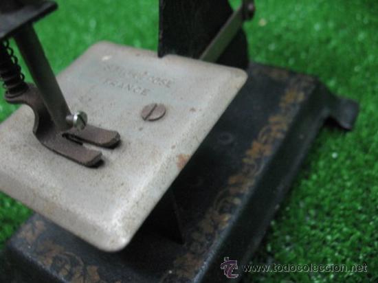 Juguetes antiguos de hojalata: MAQUINA DE COSER SMJ DE POSE, FRANCESA - Foto 3 - 25880930