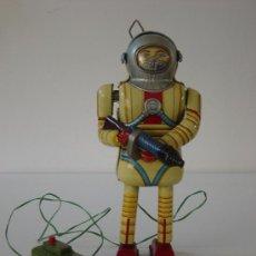 Juguetes antiguos de hojalata: ROBOTS: ROBOT DE HOJALATA JAPONES 1957 TIN TOY-A PILAS-FUNCIONA-TODO ORIGINAL. Lote 25220452
