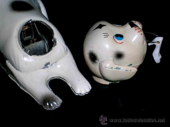 Juguetes antiguos de hojalata: Perro perrito dálmata jugando con zapato, fabricado en lata por la casa JYE, Jyesa, original años 50 - Foto 7 - 26334752