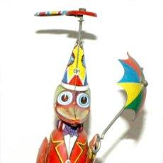 Juguetes antiguos de hojalata: MUÑECO DE CUERDA. Lote 27707186