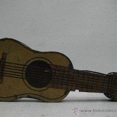 Juguetes antiguos de hojalata: GUITARRA ESPAÑOLA DE METAL CON SOPORTE. Lote 29597095