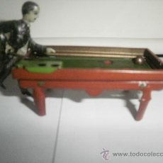 Juguetes antiguos de hojalata: PERSONAJE JUGANDO AL VILLAR. Lote 29742197