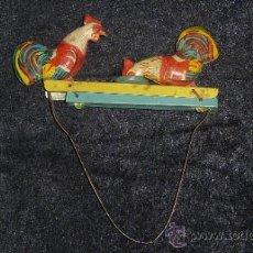 Juguetes antiguos de hojalata: GALLINAS DE HOJALATA DE JUGUETE, SE MUEVEN. ANTIGUAS.. Lote 31050069