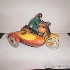 Juguetes antiguos de hojalata: MOTO CON SIDECAR FUREING. Lote 31322220