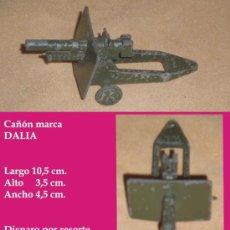 Juguetes antiguos de hojalata: PEQUEÑO CAÑON DE PLOMO PINTADO, DISPARO POR RESORTE - MARCA DALIA 1950. Lote 31394385
