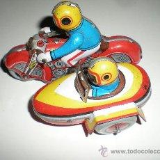 Juguetes antiguos de hojalata: MOTO CON SIDECAR DE HOJALATA A RESORTE DE CUERDA PARA REPARAR. Lote 33135972