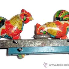 Juguetes antiguos de hojalata: JUGUETE DE GALLITOS COMIENDO DE COMEDERO EN HOJALATA -P1. Lote 34082897