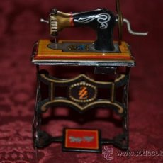 Juguetes antiguos de hojalata: PRECIOSA MAQUINA DE COSER ANTIGUA DE HOJALATA EN MINIATURA DE CASA DE MUÑECAS. Lote 36296738