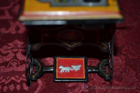 Juguetes antiguos de hojalata: PRECIOSA MAQUINA DE COSER ANTIGUA DE HOJALATA EN MINIATURA DE CASA DE MUÑECAS - Foto 4 - 36296738