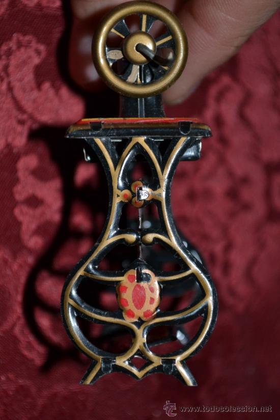 Juguetes antiguos de hojalata: PRECIOSA MAQUINA DE COSER ANTIGUA DE HOJALATA EN MINIATURA DE CASA DE MUÑECAS - Foto 16 - 36296738