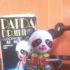 Juguetes antiguos de hojalata: OSO PANDA TOCANDO EL TAMBOR, A CUERDA,TODO DE HOJALATA,ARTICULADO.NUEVO,MADE IN CHINA. Lote 37820391