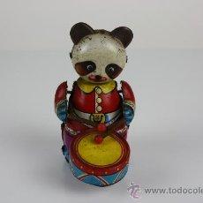 Juguetes antiguos de hojalata: OSO PANDA EN HOJALATA TOCANDO EL TAMBOR A CUERDA. FALTA LLAVE. MADE IN CHINA S XX. . Lote 39204558