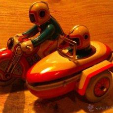 Juguetes antiguos de hojalata: TIN TOYS---MOTO CON SIDECAR EN HOJALATA A CUERDA. Lote 40176992