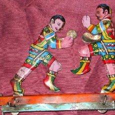 Juguetes antiguos de hojalata: PAREJA DE BOXEADORES DE HOJALATA LITOGRAFIADA 1920-30. Lote 40642806