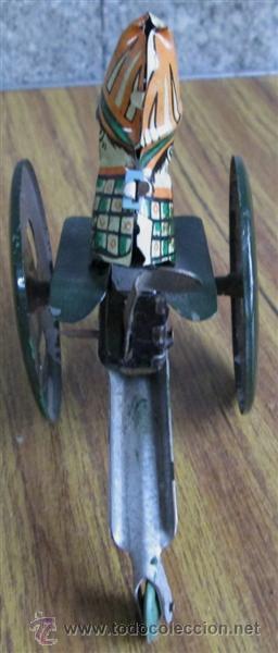 Juguetes antiguos de hojalata: CAÑON de chapa - Apretando la palanca rueda el cañón - Foto 3 - 41080403