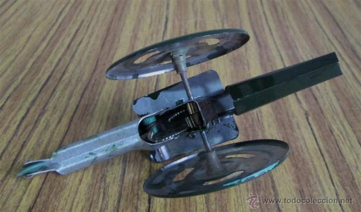 Juguetes antiguos de hojalata: CAÑON de chapa - Apretando la palanca rueda el cañón - Foto 5 - 41080403