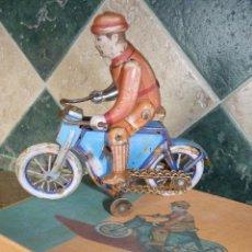 Juguetes antiguos de hojalata: JUGUETE DE HOJALATA, MOTORISTA. Lote 42423911
