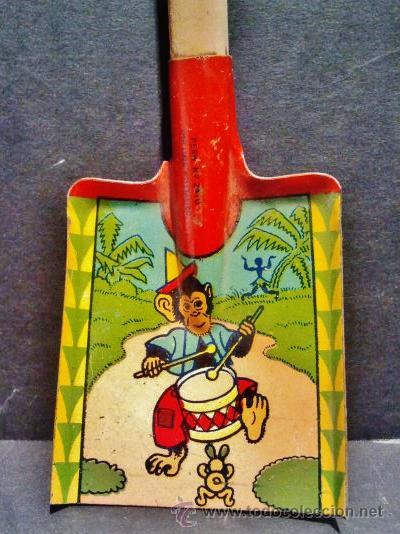Juguetes antiguos de hojalata: Pala con mango de madera de chapa litografiada representando un mono tocando el tambor. - Foto 2 - 41765865