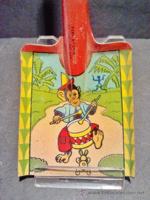 Juguetes antiguos de hojalata: Pala con mango de madera de chapa litografiada representando un mono tocando el tambor. - Foto 3 - 41765865