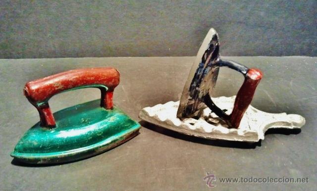 Juguetes antiguos de hojalata: Dos planchas de juguete una de chapa y otra de hierro con soporte. - Foto 2 - 41792222