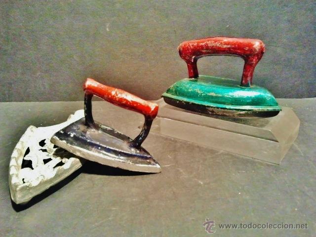 Juguetes antiguos de hojalata: Dos planchas de juguete una de chapa y otra de hierro con soporte. - Foto 3 - 41792222